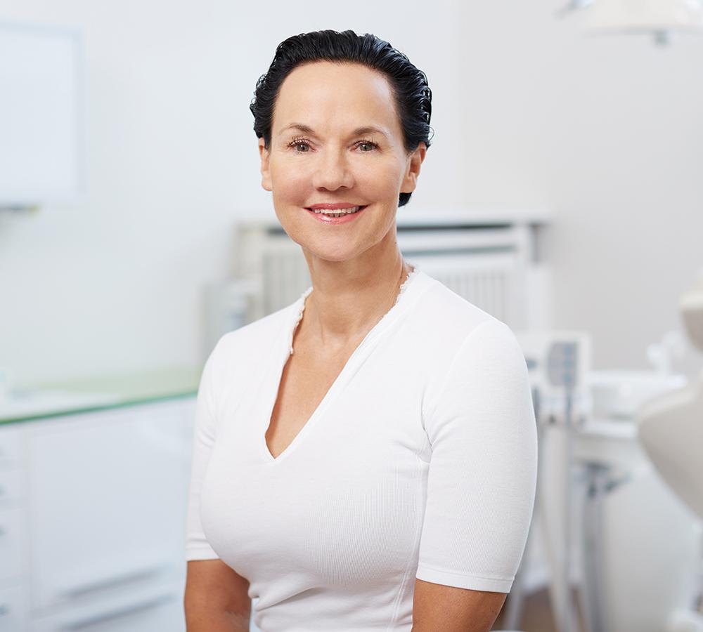 Keramikimplantat-Hamburg-Dr-Babette-Klein-Oralchirurgie-Portrait-1